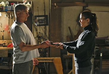 Gibbs & Ziva bonding over a hand tool.