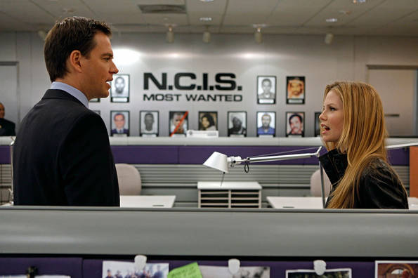 """NCIS discovers that one of its former investigative assistants found brutally stabbed to death was selling details for how to rob a warehouse full of valuable possessions belonging to a woman convicted of fraud. Meanwhile, a new special agent joins the office, on NCIS. Sarah Jane Morris (right) guest stars as NCIS Special Agent Erica Jane """"EJ"""" Barrett. Episode directed by series star Michael Weatherly (left). Photo: Cliff Lipson/CBS"""